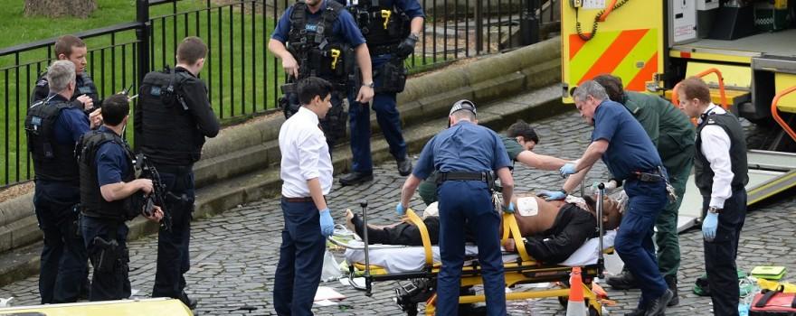 (170322) -- LONDRES, marzo 22, 2017 (Xinhua) -- Personal de los servicios de emergencia trabajan frente al Palacio de Westminster, en Londres, Reino Unido, el 22 de marzo de 2017. Cuatro personas murieron, entre ellas el policía que fue apuñalado y un agresor, y al menos 20 resultaron lesionadas en un ataque terrorista ocurrido el miércoles por la tarde en el Parlamento británico, anunció la policía. El comisionado asistente de la Policía Metropolitana, Mark Rowley, confirmó los fallecimientos en una conferencia de prensa ofrecida en la sede de New Scotland Yard. (Xinhua/Stefan Rousseau/PA Wire/ZUMAPRESS) (jg) (ah) ***DERECHOS DE USO UNICAMENTE PARA NORTE Y SUDAMERICA***